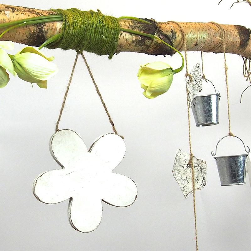 dekorierter ast aus birkenholz 118 cm lang mit einer holzblume und vielen dekoelementen. Black Bedroom Furniture Sets. Home Design Ideas